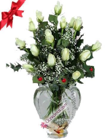 Şeffaf kalp vazoda 15 adet beyaz gül